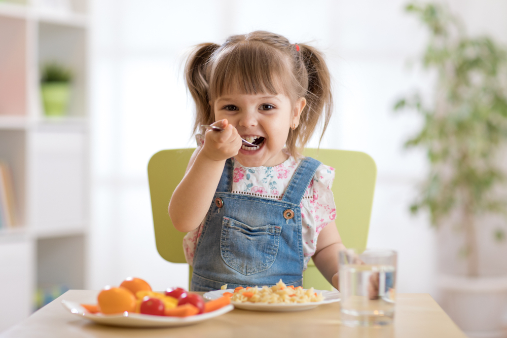child_eating_dinner